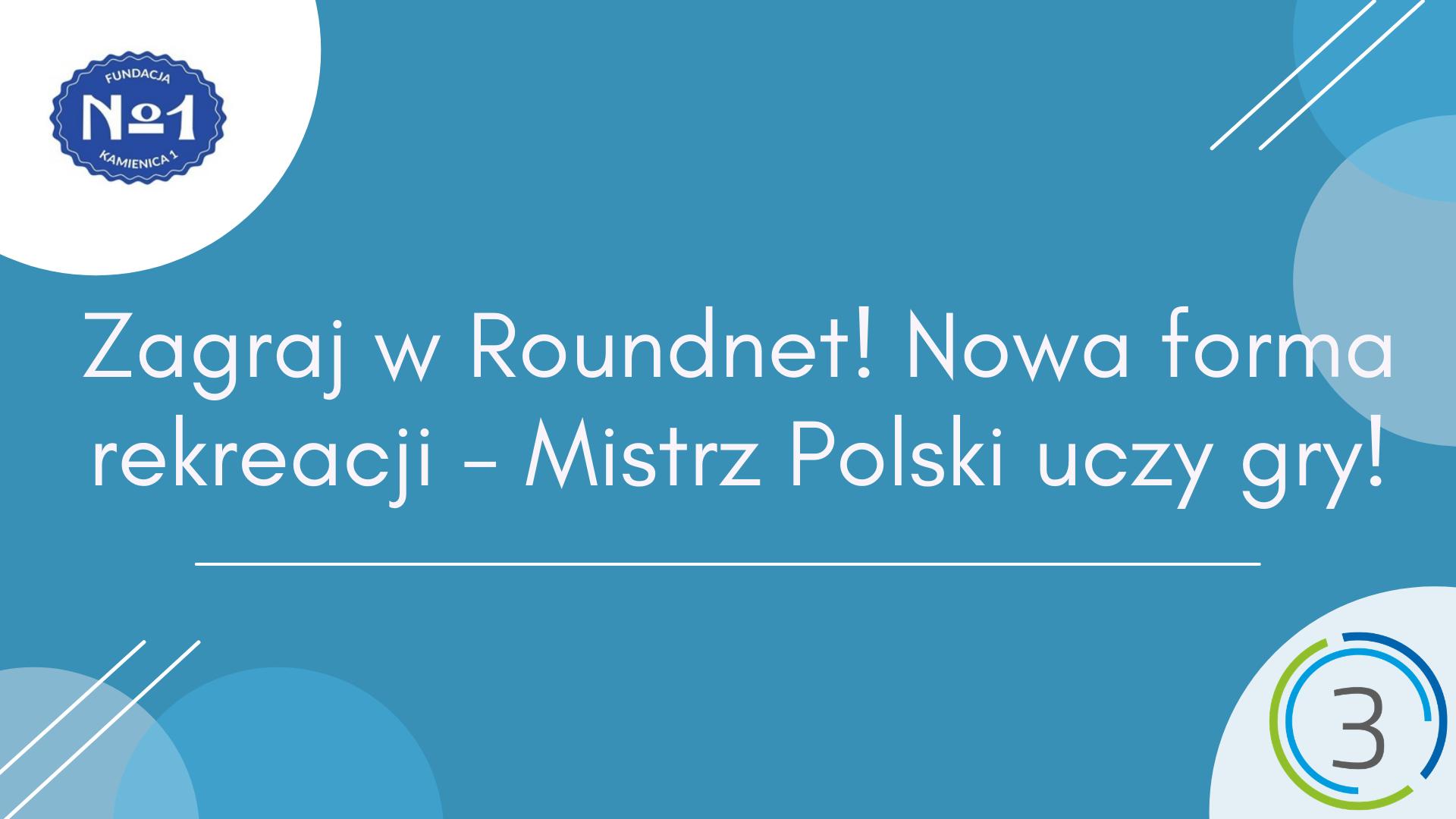 Na niebieskim tle w centrum grafiki znajduje się napis Zagraj w Roundnet! Nowa forma rekreacji - Mistrz Polski uczy gry!. W lewym górnym rogu znajduje się logotyp Fundacji Kamienica1. W prawym dolnym rogu znajduje się logotyp Sektor 3 Szczecin